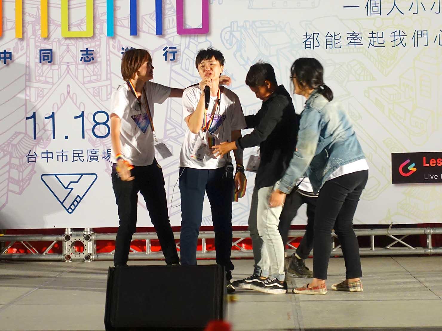 台中同志遊行(台中LGBTプライド)2017のステージでスピーチするイベント代表者