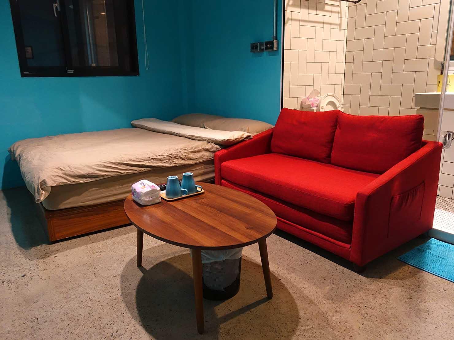 台中駅徒歩10分のリーズナブルなおすすめミニホテル「光原宿 Light House」ダブルルームのベッドとソファ