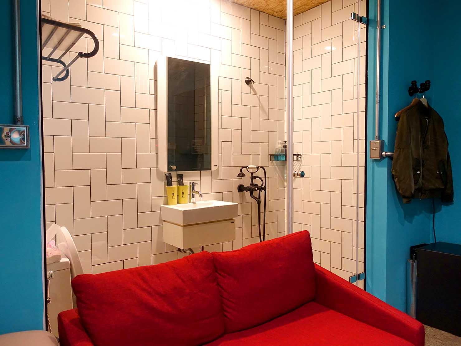 台中駅徒歩10分のリーズナブルなおすすめミニホテル「光原宿 Light House」ダブルルームのシャワールーム