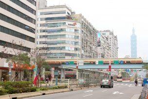 MRT(大安駅)前の信義路から眺める台北101
