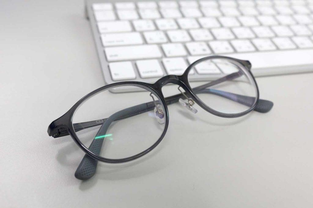 メガネとパソコンのキーボード