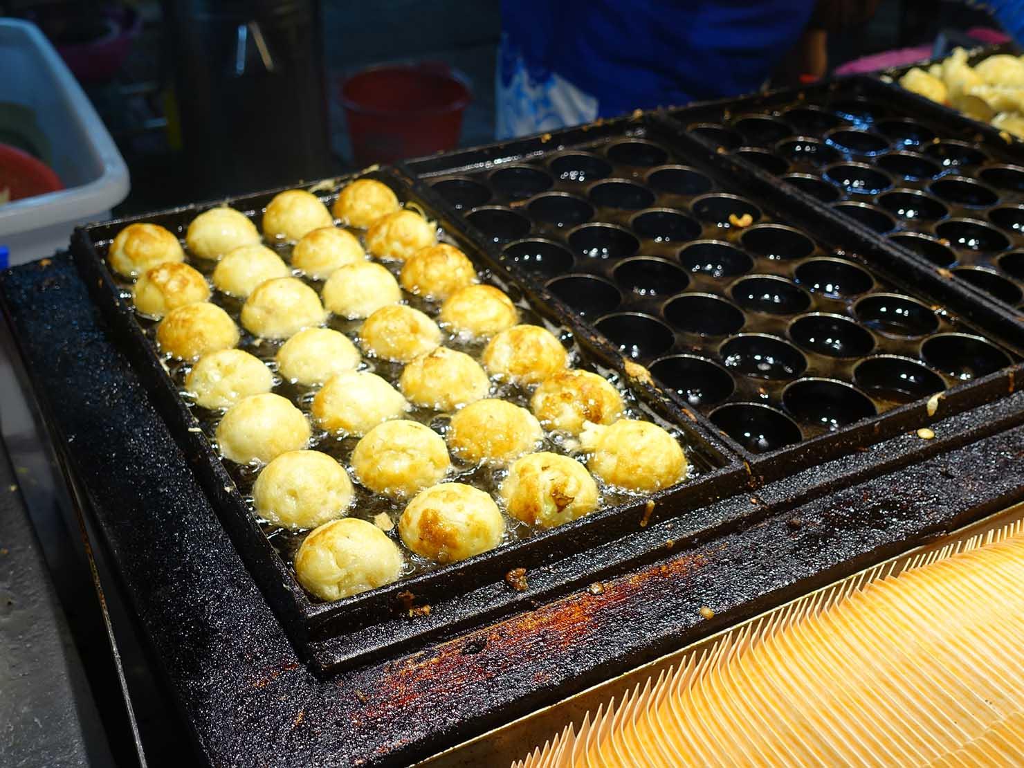 台湾の夜市で食べられる日本グルメ「章魚燒(たこ焼き)」屋台の鉄板