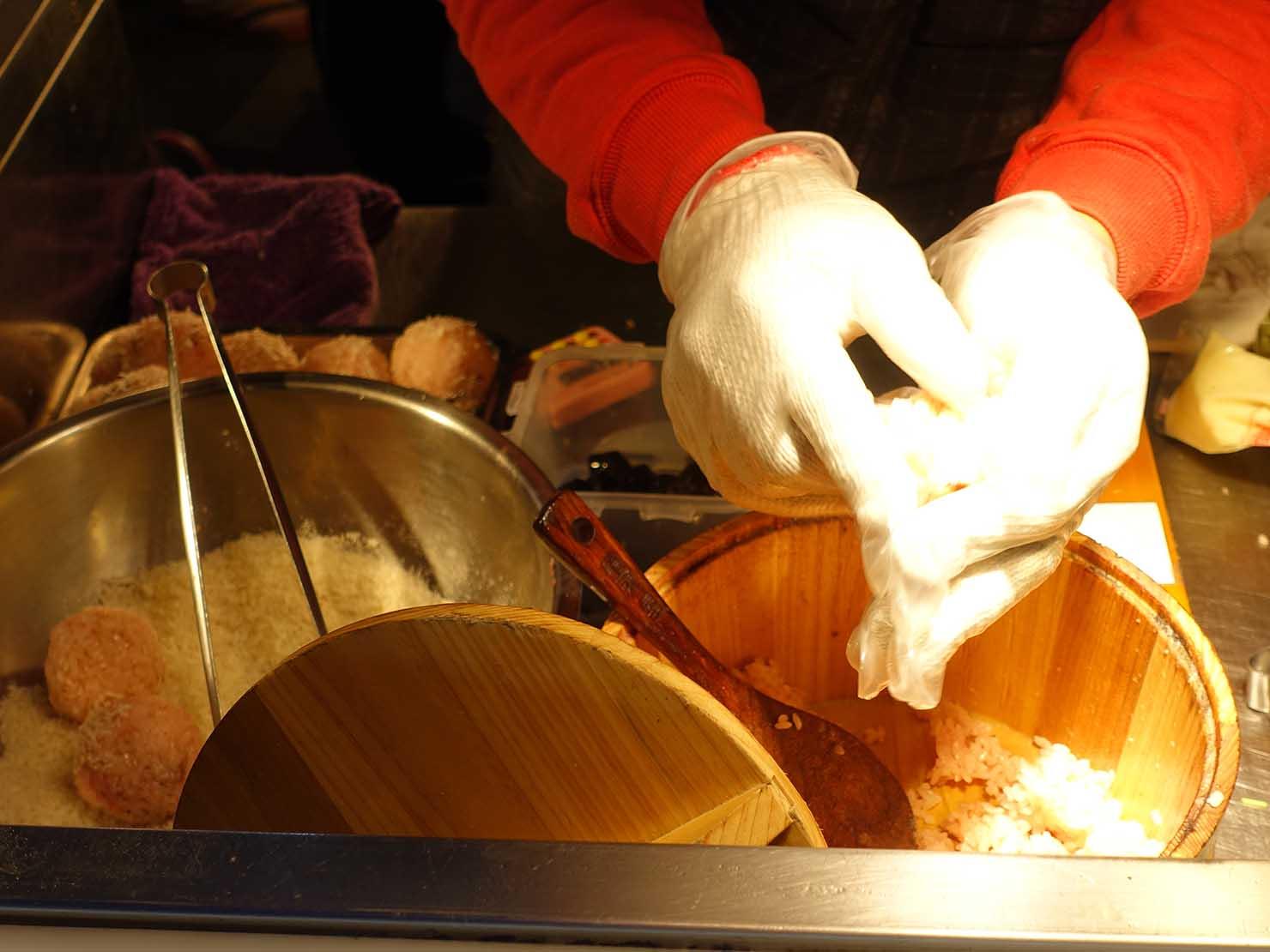 台湾の夜市で食べられる日本グルメ「炸飯糰(揚げおにぎり)」屋台で握られるおにぎり