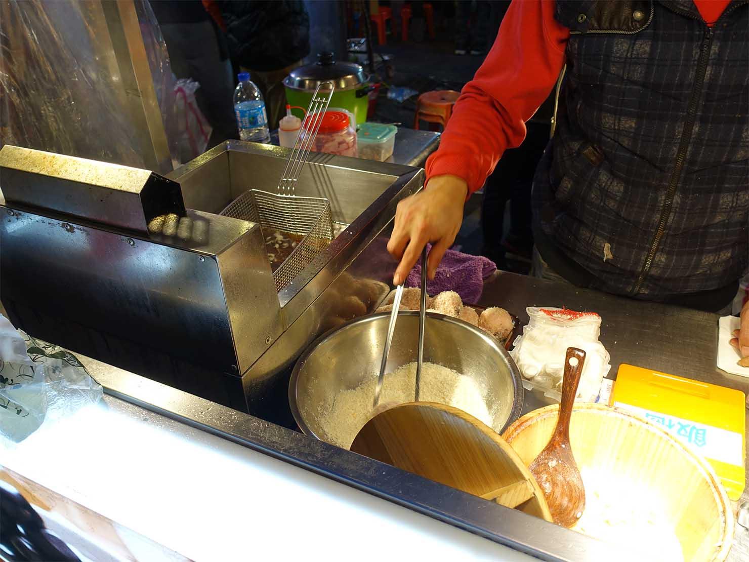 台湾の夜市で食べられる日本グルメ「炸飯糰(揚げおにぎり)」屋台で揚げられるおにぎり