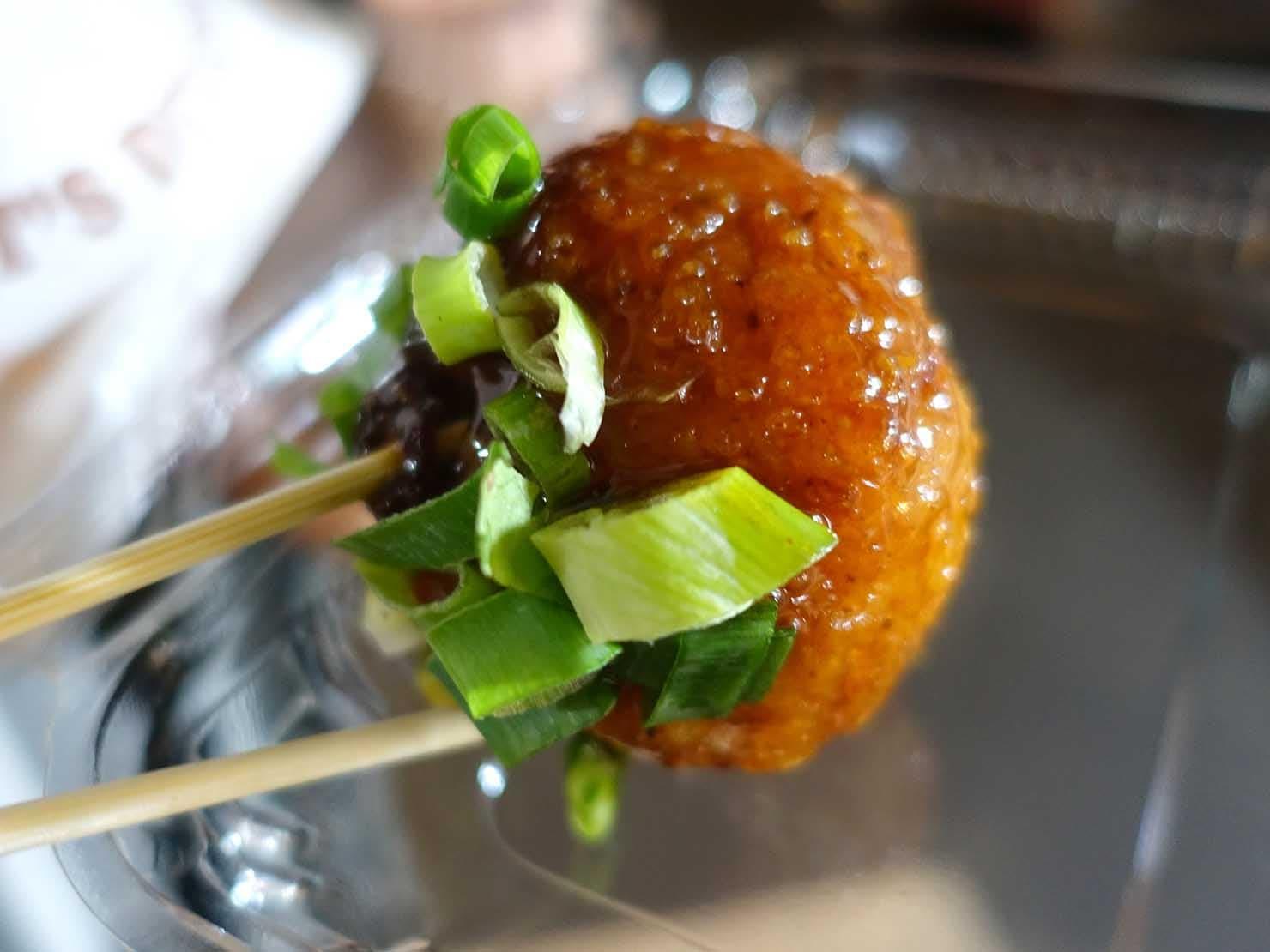 台湾の夜市で食べられる日本グルメ「炸飯糰(揚げおにぎり)」クローズアップ