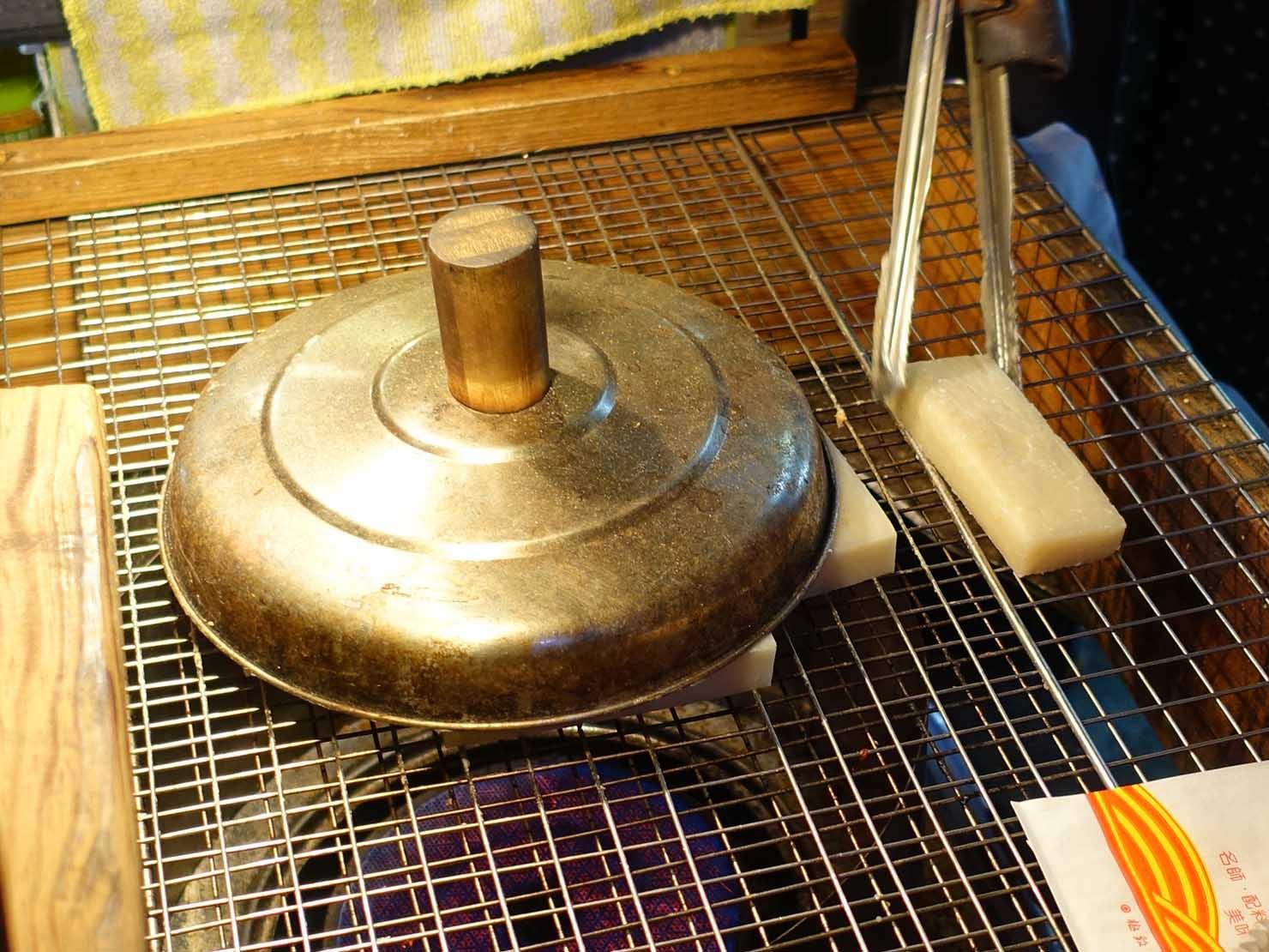 台湾の夜市で食べられる日本グルメ「烤麻薯(焼きもち)」屋台で焼かれる角餅