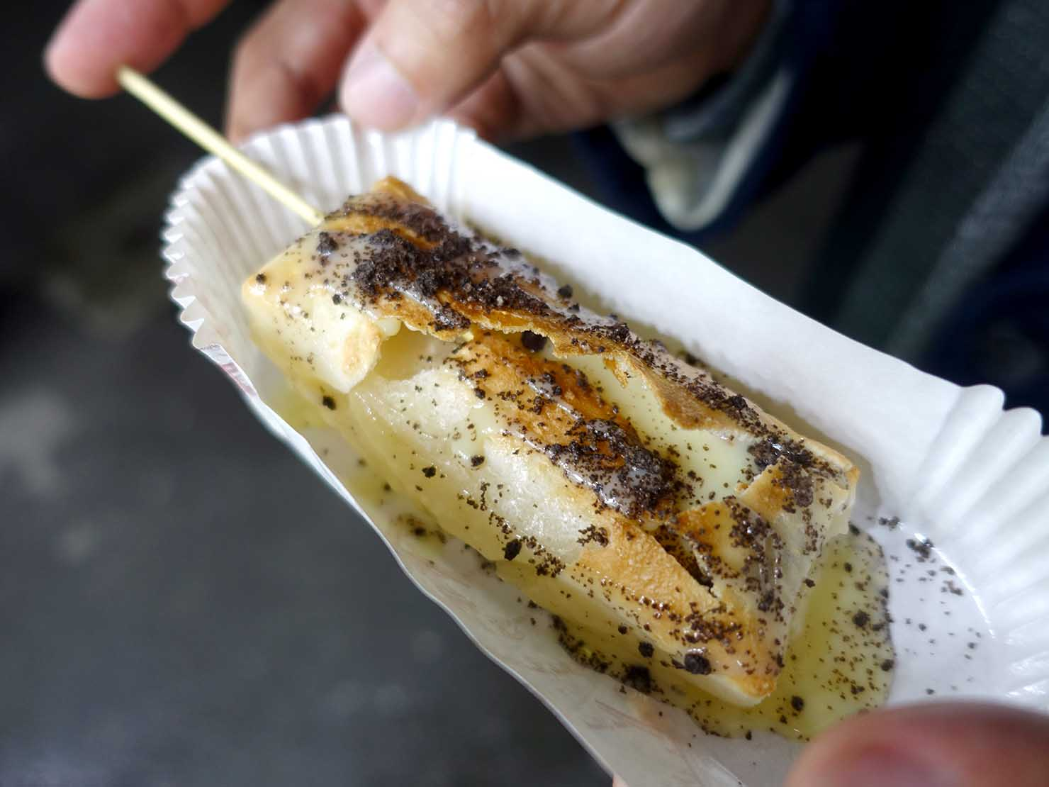 台湾の夜市で食べられる日本グルメ「烤麻薯(焼きもち)」オレオ味