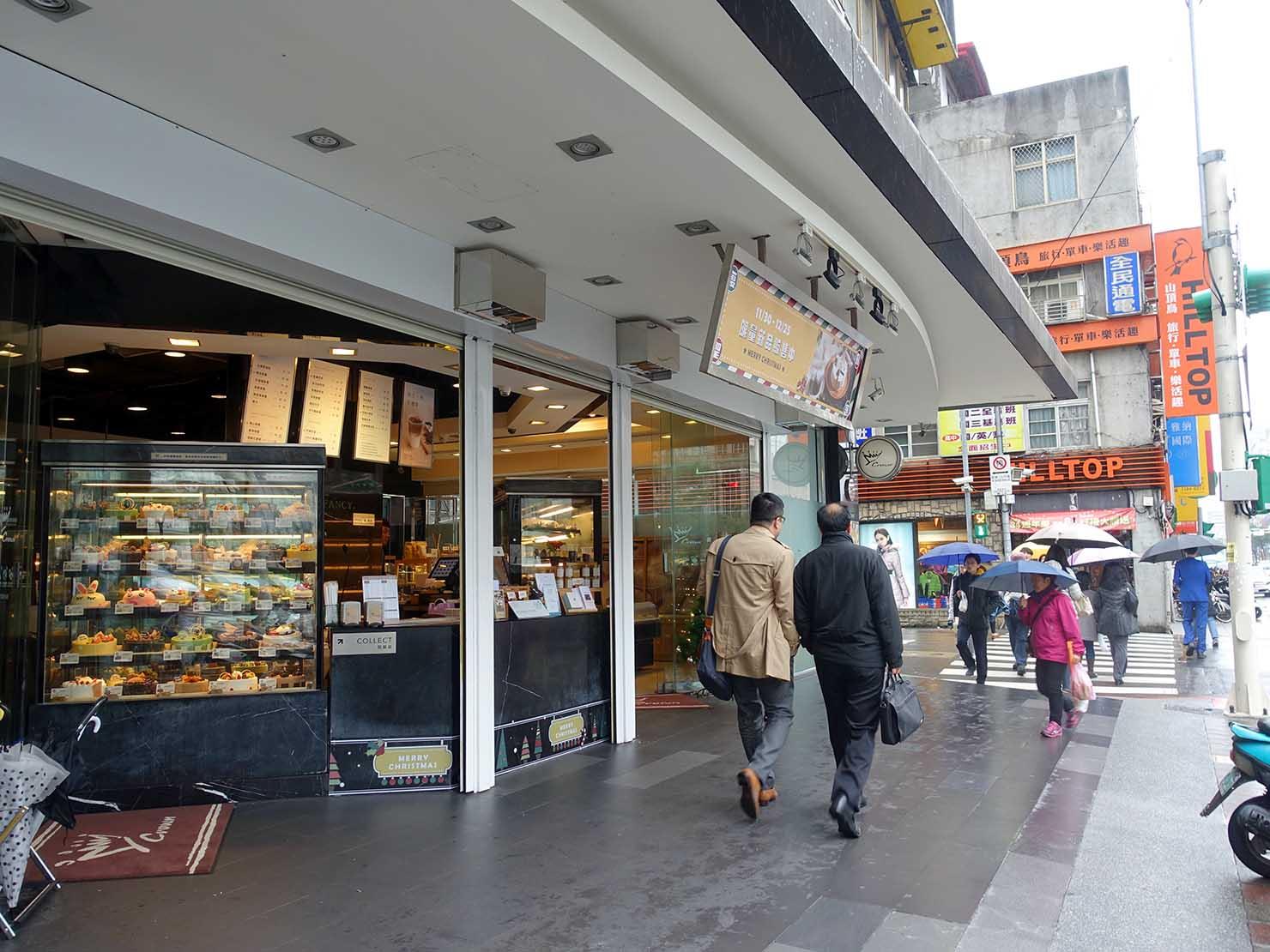 台北MRT(地下鉄)市政府駅前の交差点「忠孝永吉路口」