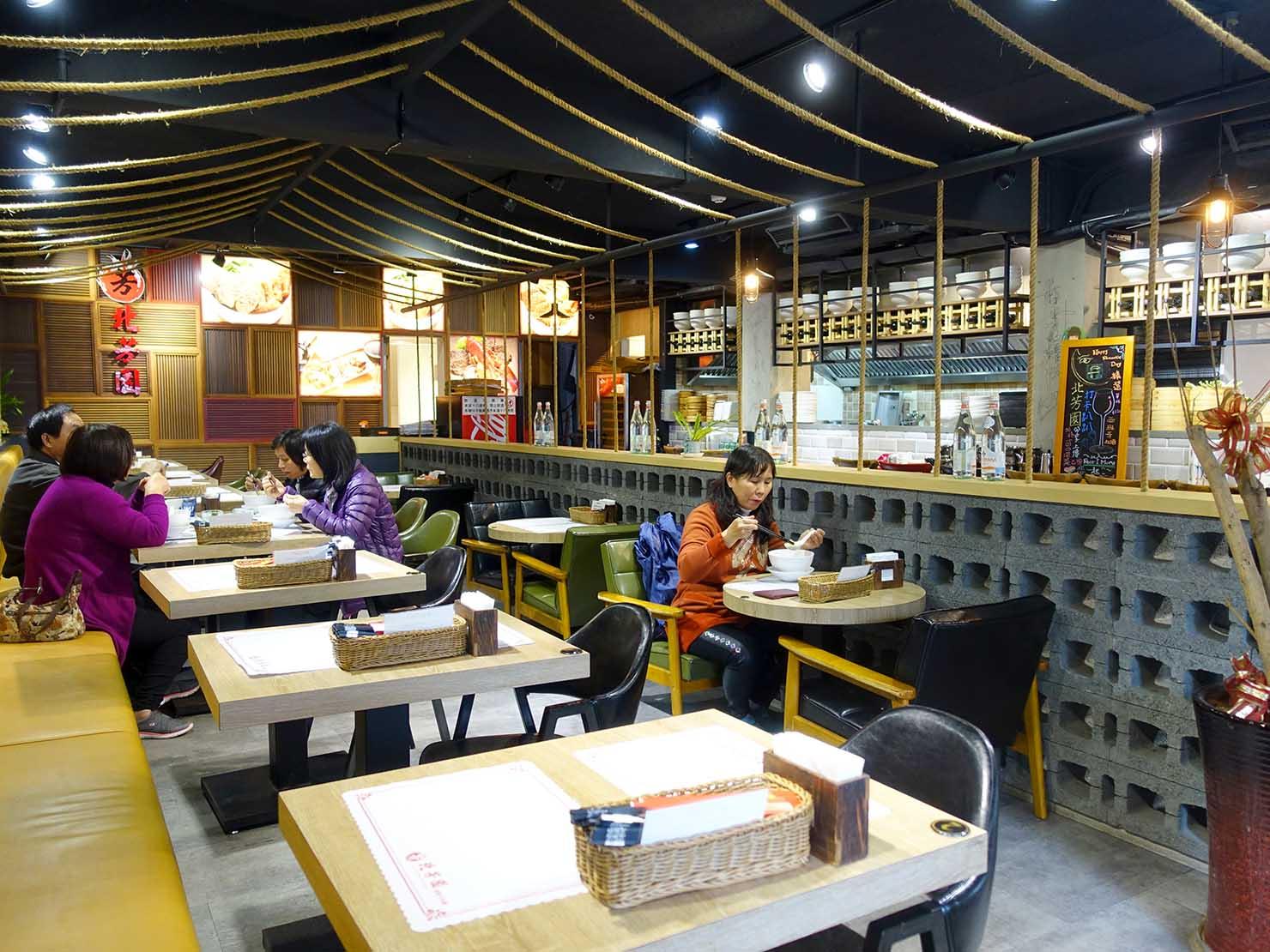 台北の有名牛肉麵店「北芳園」の店内