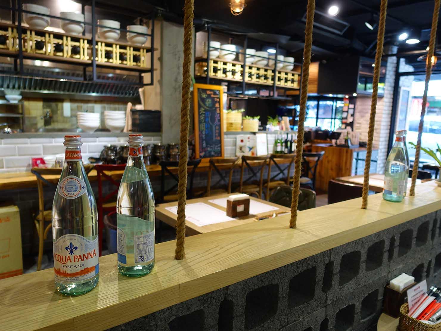 台北の有名牛肉麵店「北芳園」のおしゃれなインテリア
