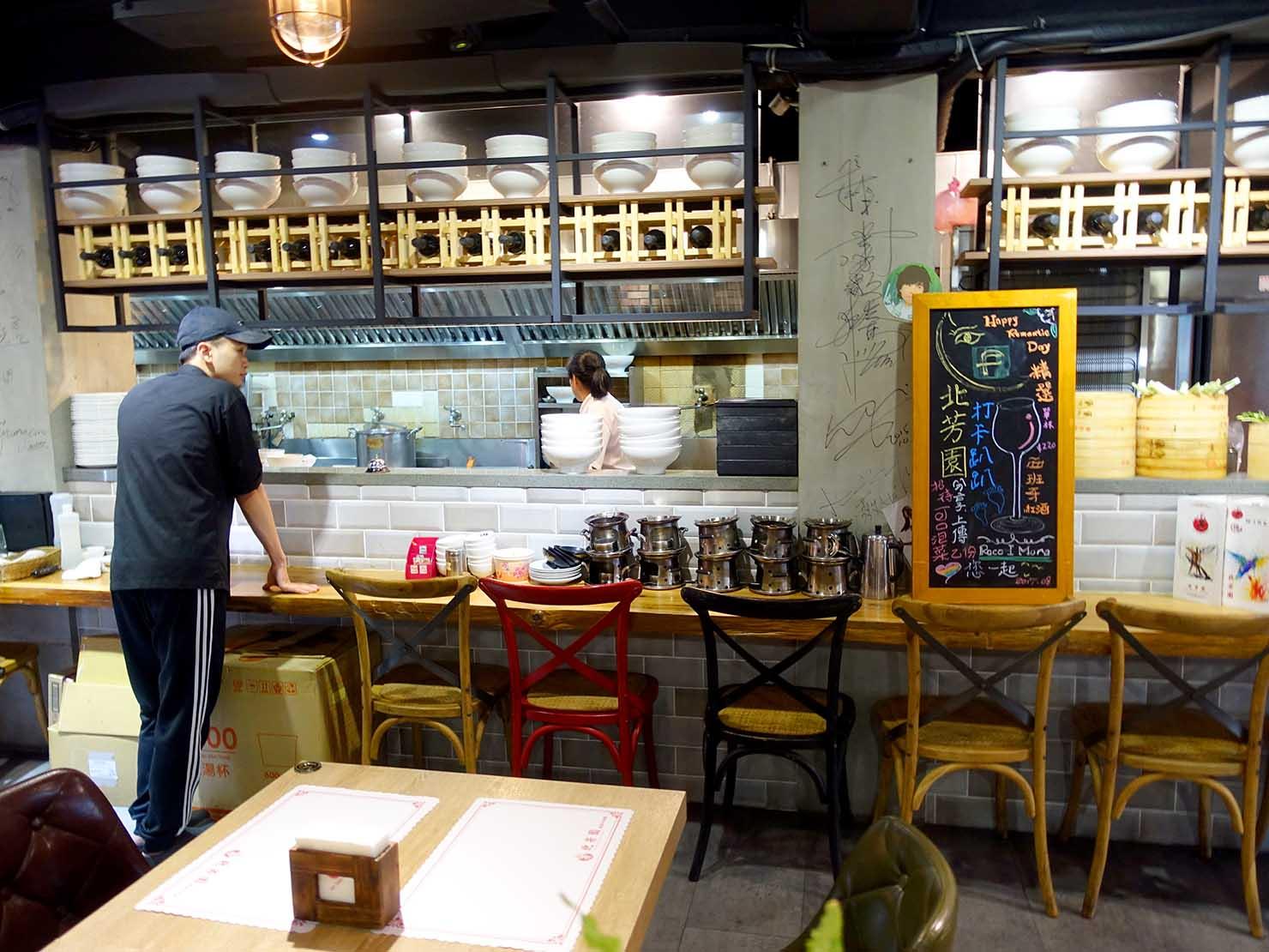 台北の有名牛肉麵店「北芳園」のおしゃれなキッチン