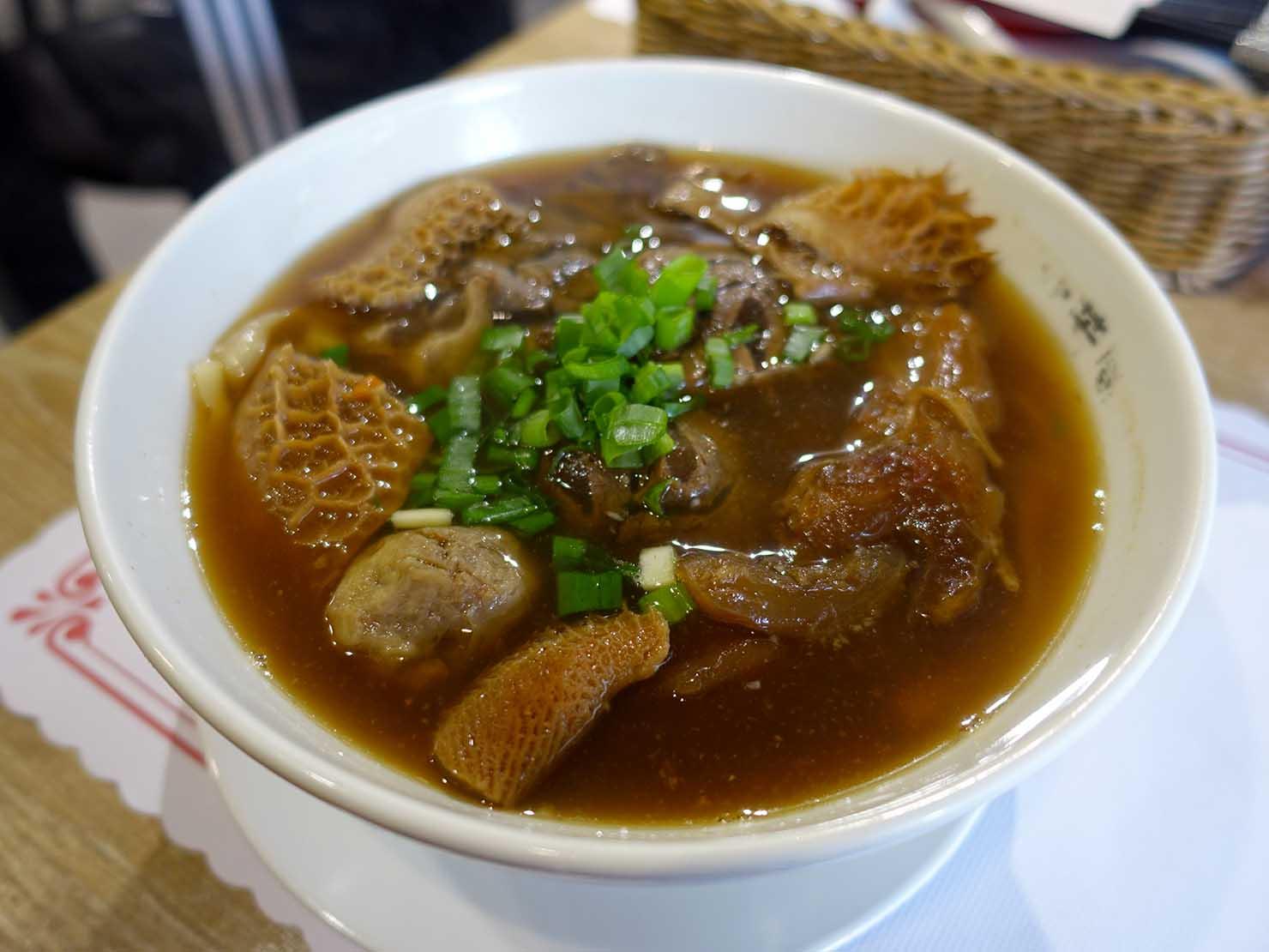 台北の有名牛肉麵店「北芳園」の看板メニュー「添好運六寶牛肉麵」