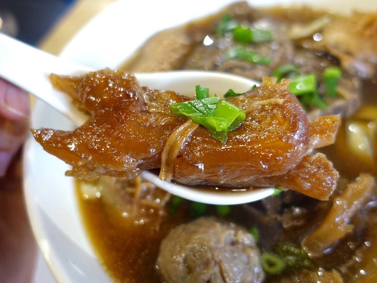 台北の有名牛肉麵店「北芳園」の看板メニュー「添好運六寶牛肉麵」スジ肉のクローズアップ