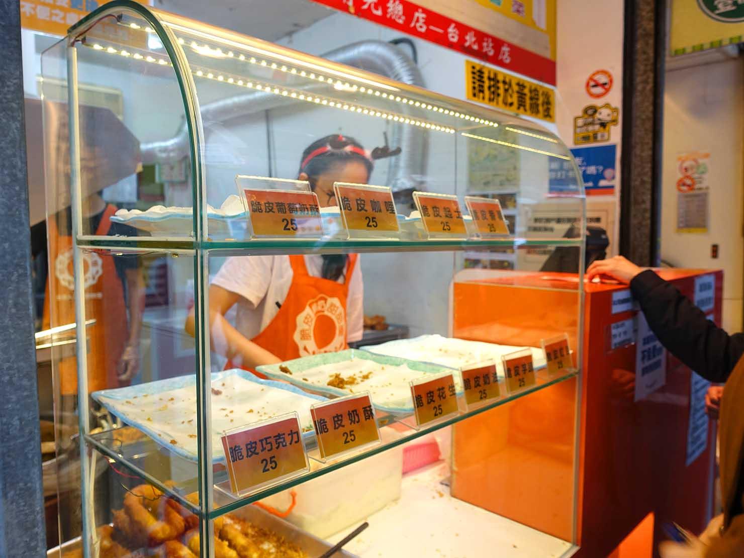 台北駅エリアのおすすめ台湾スイーツ店「脆皮鮮奶甜甜圈」のカウンター