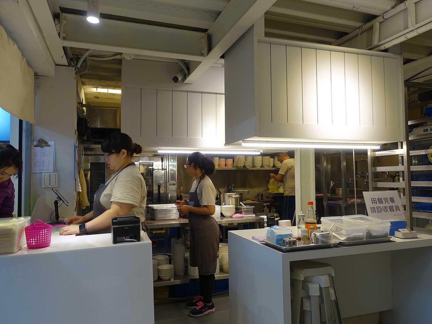 台北駅エリアのおすすめ台湾グルメ店「北北車魯肉飯」のキッチン