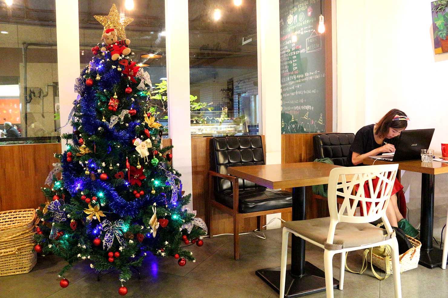 クリスマスツリーのあるカフェ
