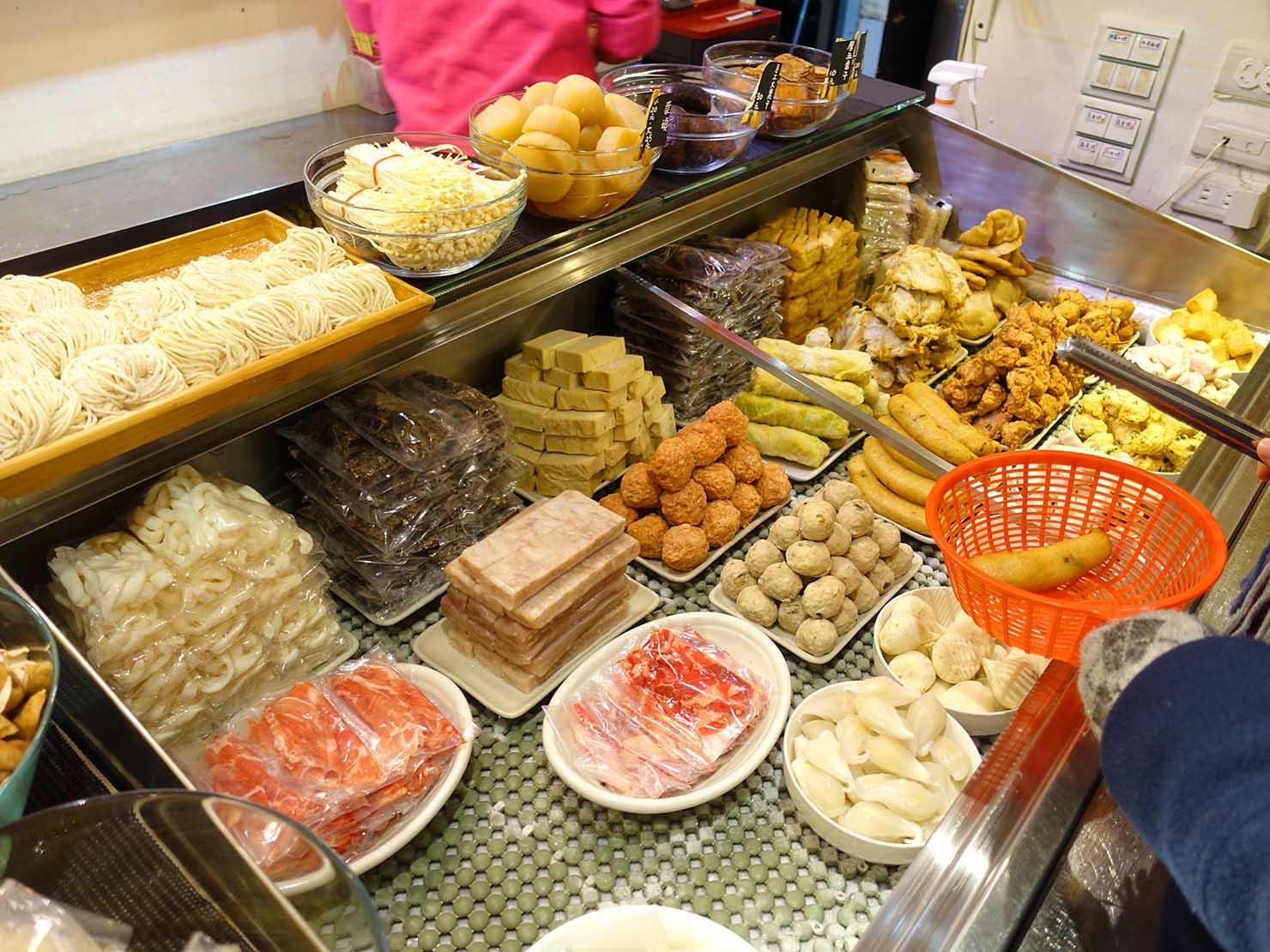 台北101エリア・市政府駅周辺のおすすめ台湾グルメ「清菜滷」のカウンター