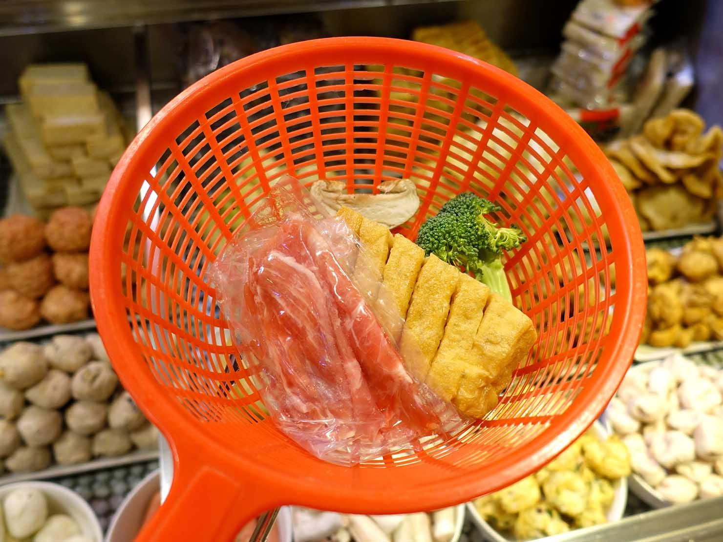 台北101エリア・市政府駅周辺のおすすめ台湾グルメ「清菜滷」で食材選び