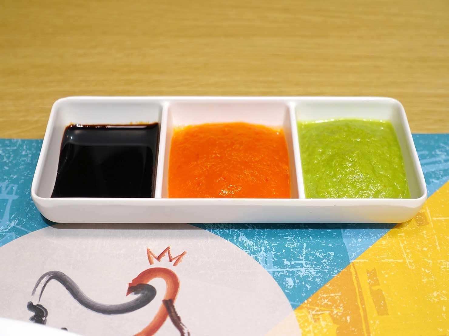 台北101エリア・市政府駅周辺のおすすめ台湾グルメ「瑞記海南雞飯」の海南雞飯(ハイナンチキンライス)3種のソース