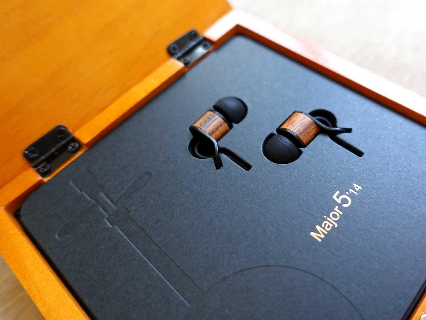 台湾発の高品質イヤホンブランド「Chord&Major(コード&メジャー)」パッケージの台紙に収まるイヤホン