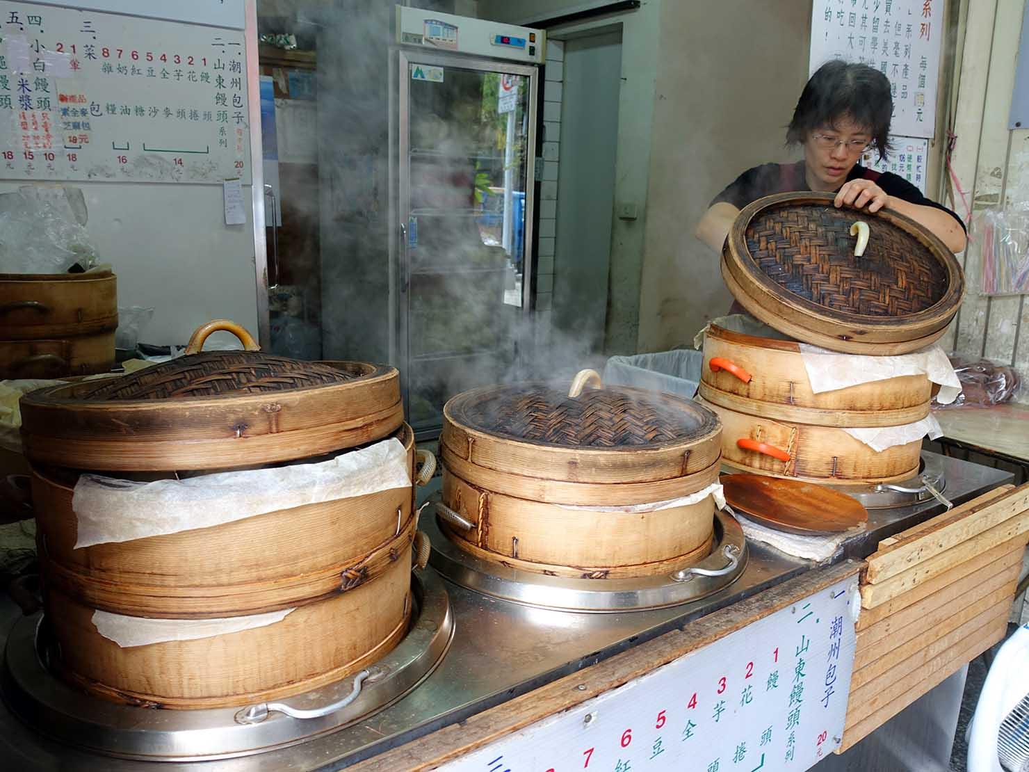 台北・東門エリアのおすすめグルメ店「潮州包子」の軒先に並ぶ蒸し蒸籠