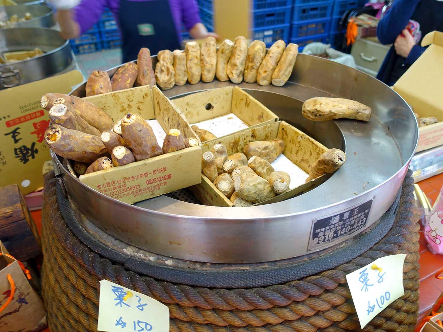 台北・東門エリアのおすすめグルメ店「燔薯王」の軒先で焼かれるいも