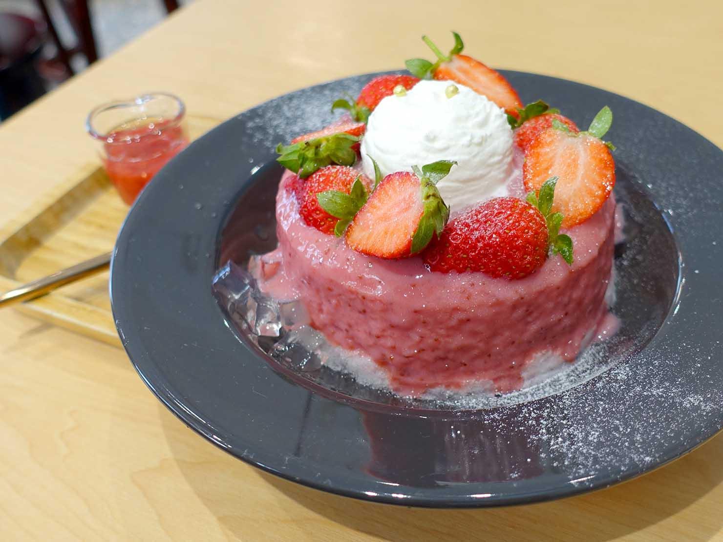 台北・東門エリアのおすすめスイーツ店「金雞母」の冬雪橘酒草莓冰(いちごかき氷)
