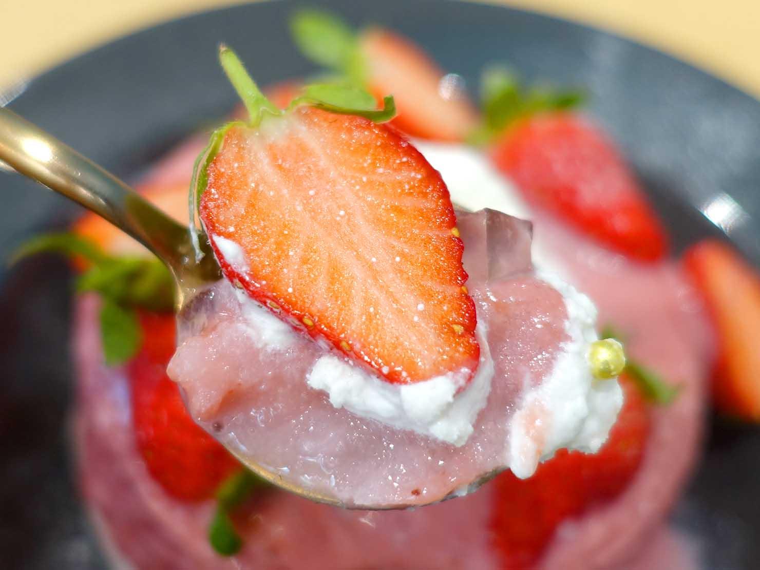 台北・東門エリアのおすすめスイーツ店「金雞母」の冬雪橘酒草莓冰(いちごかき氷)クローズアップ