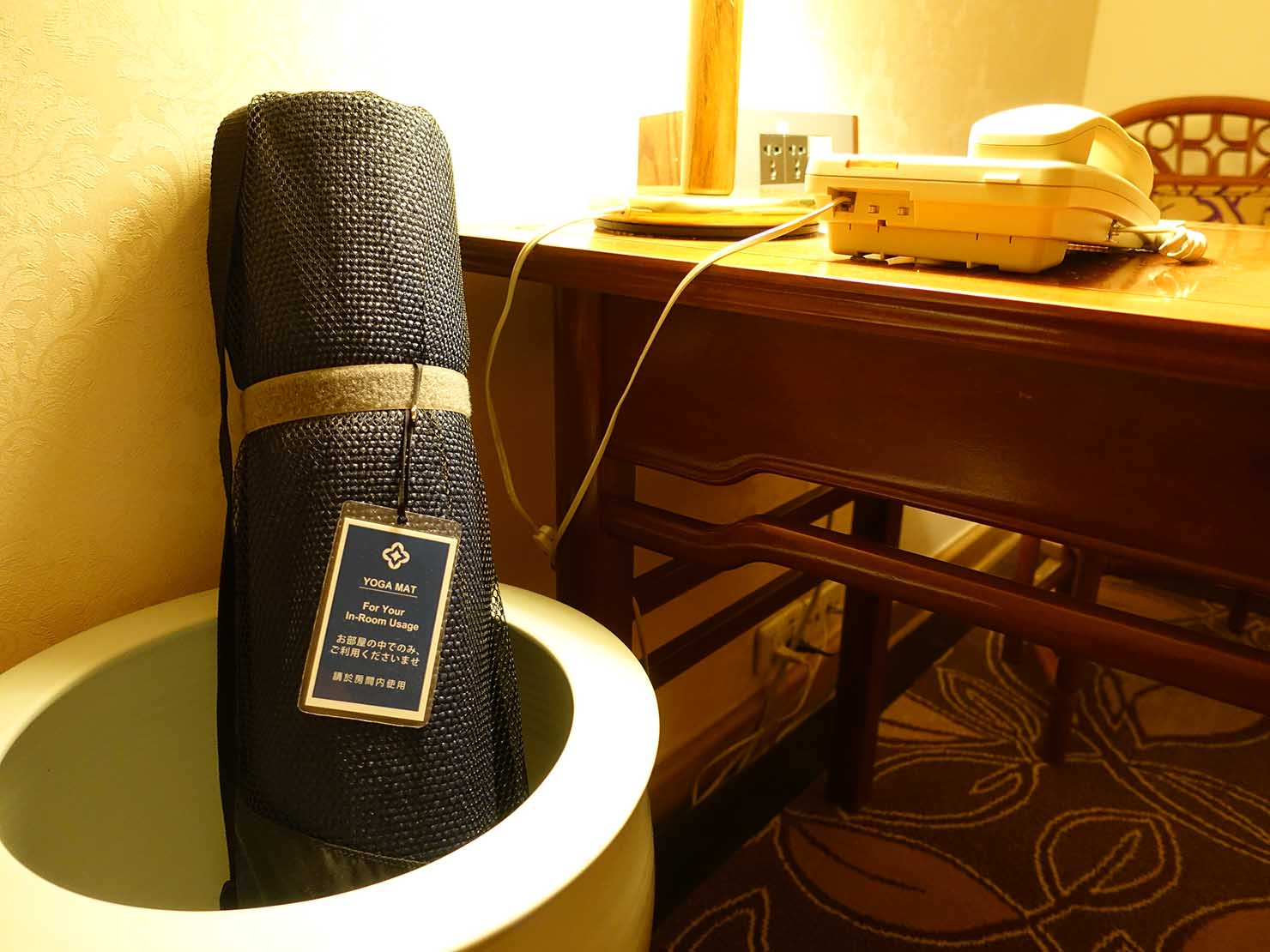 台北のおすすめ4つ星ホテル「歐華酒店(リビエラホテル)」エグゼクティブダブルルーム内のヨガマット