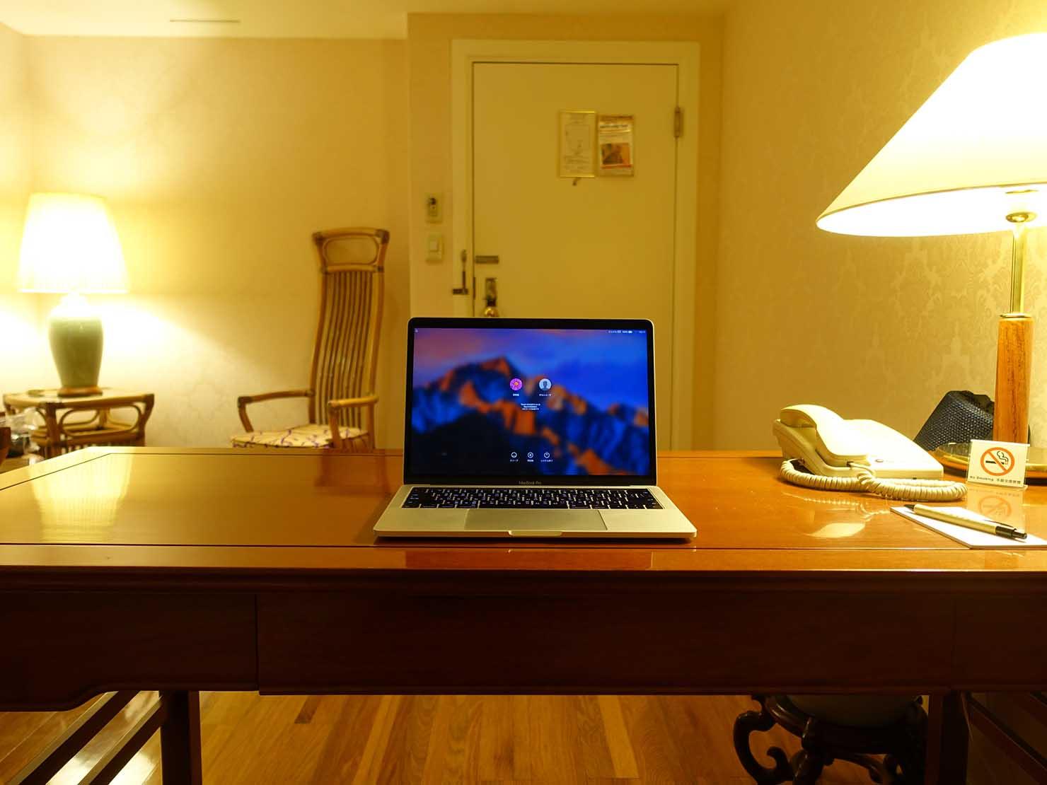 台北のおすすめ4つ星ホテル「歐華酒店(リビエラホテル)」エグゼクティブダブルルームのテーブル