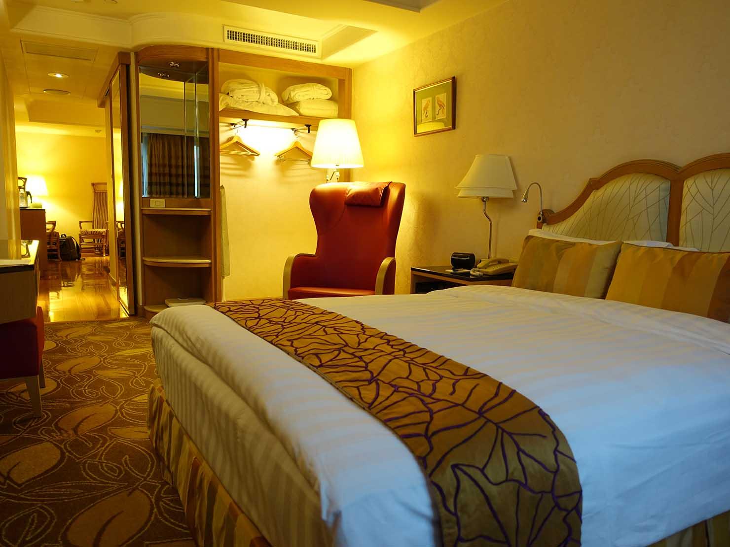 台北のおすすめ4つ星ホテル「歐華酒店(リビエラホテル)」エグゼクティブダブルの窓側から見たベッドルーム