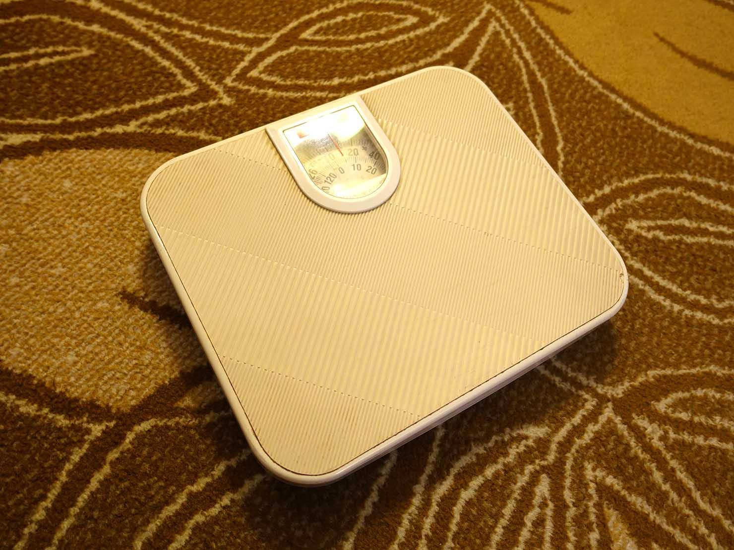 台北のおすすめ4つ星ホテル「歐華酒店(リビエラホテル)」エグゼクティブダブル備え付けの体重計