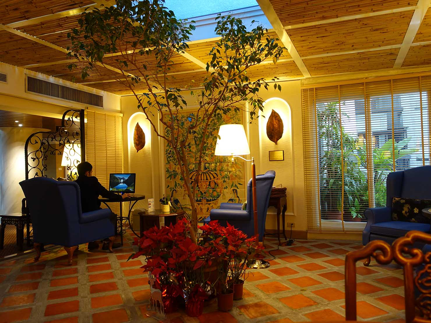 台北のおすすめ4つ星ホテル「歐華酒店(リビエラホテル)」7階・曜廷花園(エグゼクティブガーデン)のパソコン
