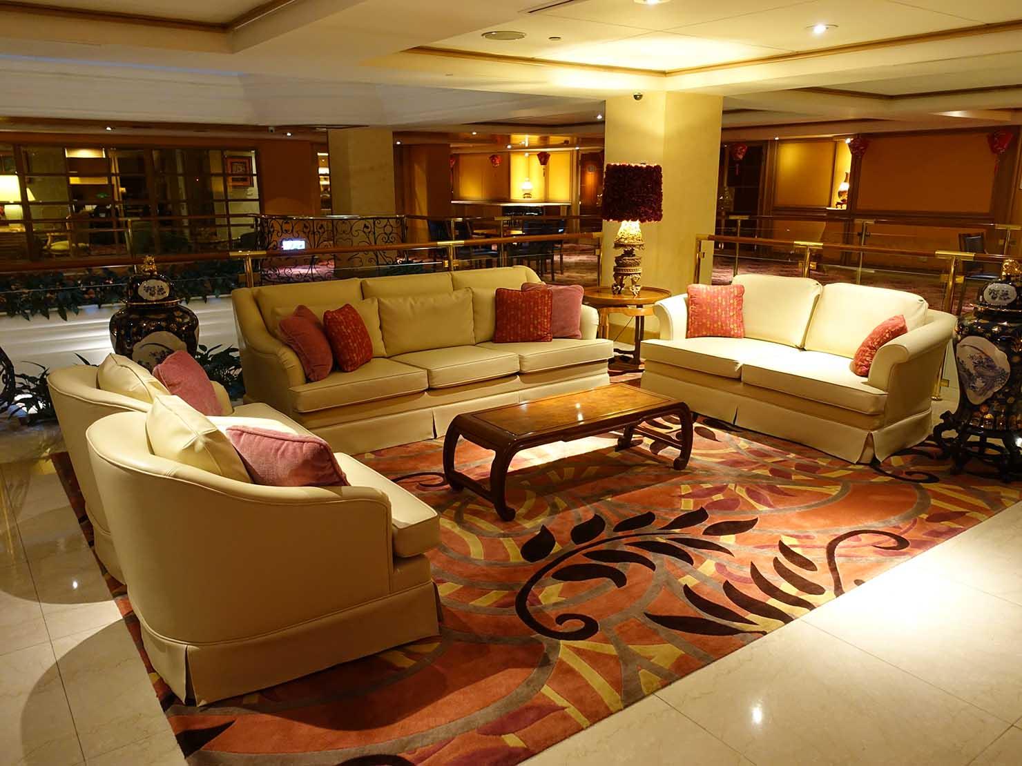 台北のおすすめ4つ星ホテル「歐華酒店(リビエラホテル)」2階のソファ