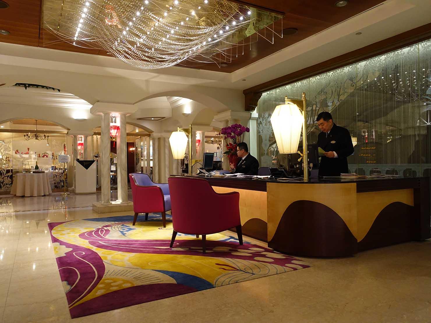 台北のおすすめ4つ星ホテル「歐華酒店(リビエラホテル)」ロビーのチェックインカウンター