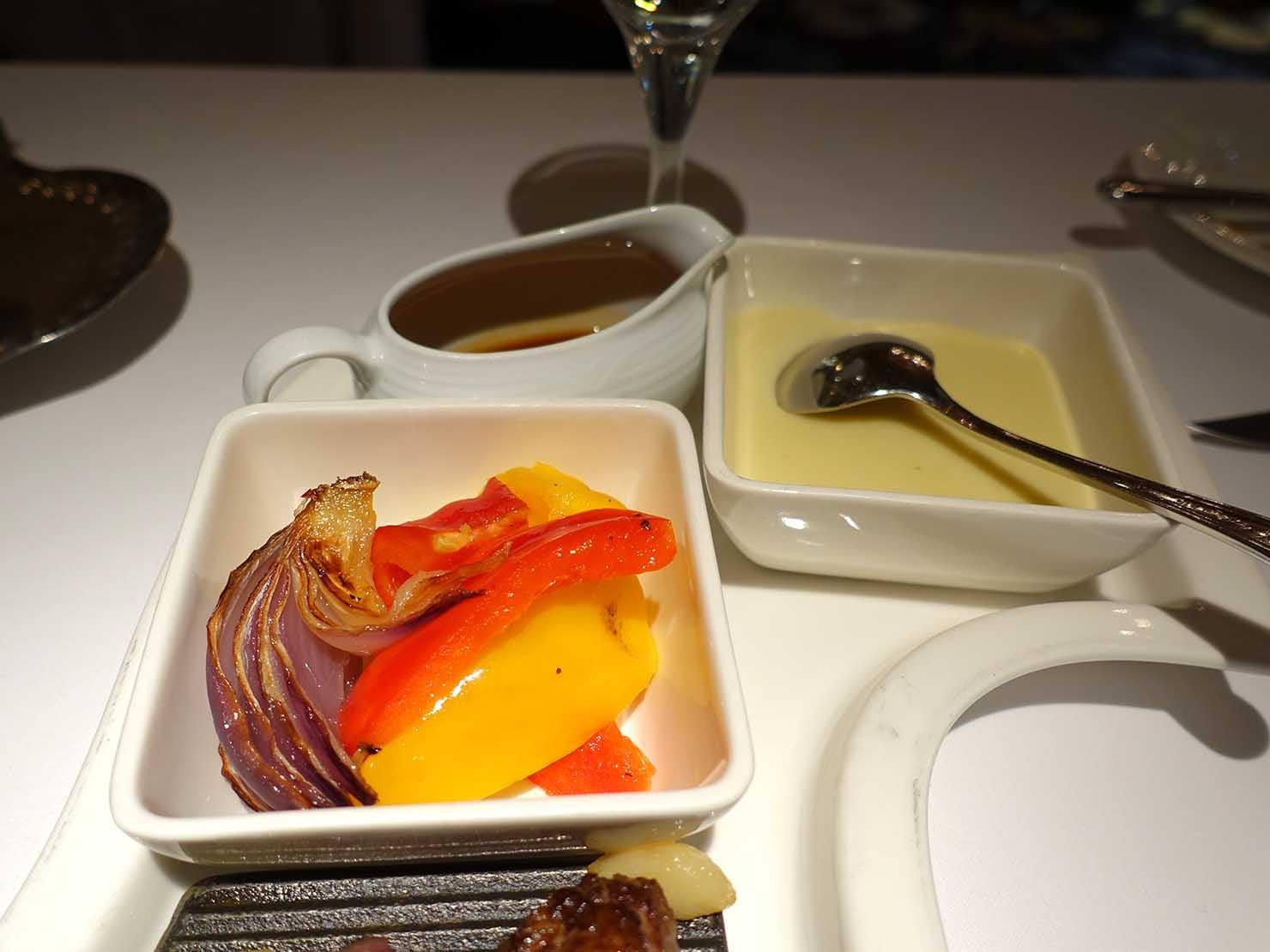 台北の4つ星ホテルにあるステーキハウス「地中海牛排館」の美國杉河農場濕式熟成50天肋眼牛排(50日熟成リブアイステーキ)付け合わせ