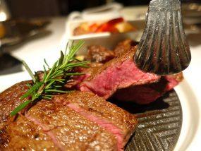 台北の4つ星ホテルにあるステーキハウス「地中海牛排館」の美國杉河農場濕式熟成50天肋眼牛排(50日熟成リブアイステーキ)クローズアップ