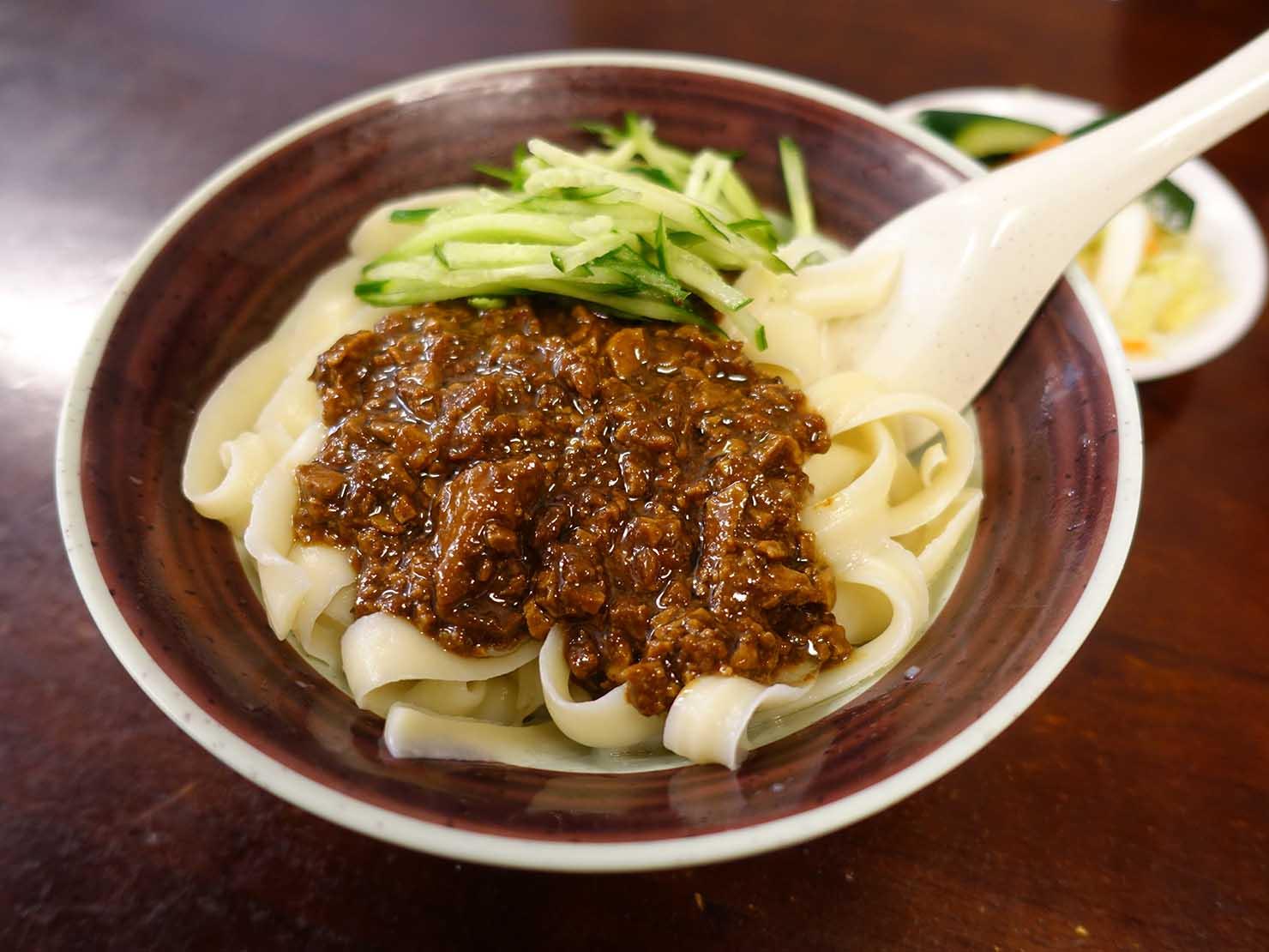 台北・永康街のおすすめグルメ店「永康刀削麵」の炸醬麵(ジャージャー麺)