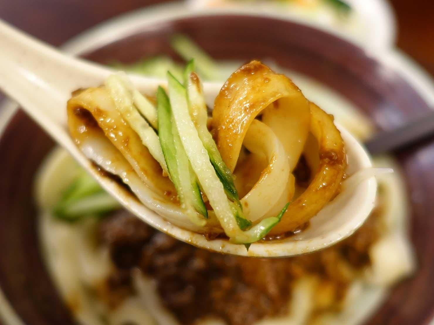 台北・永康街のおすすめグルメ店「永康刀削麵」の炸醬麵(ジャージャー麺)クローズアップ