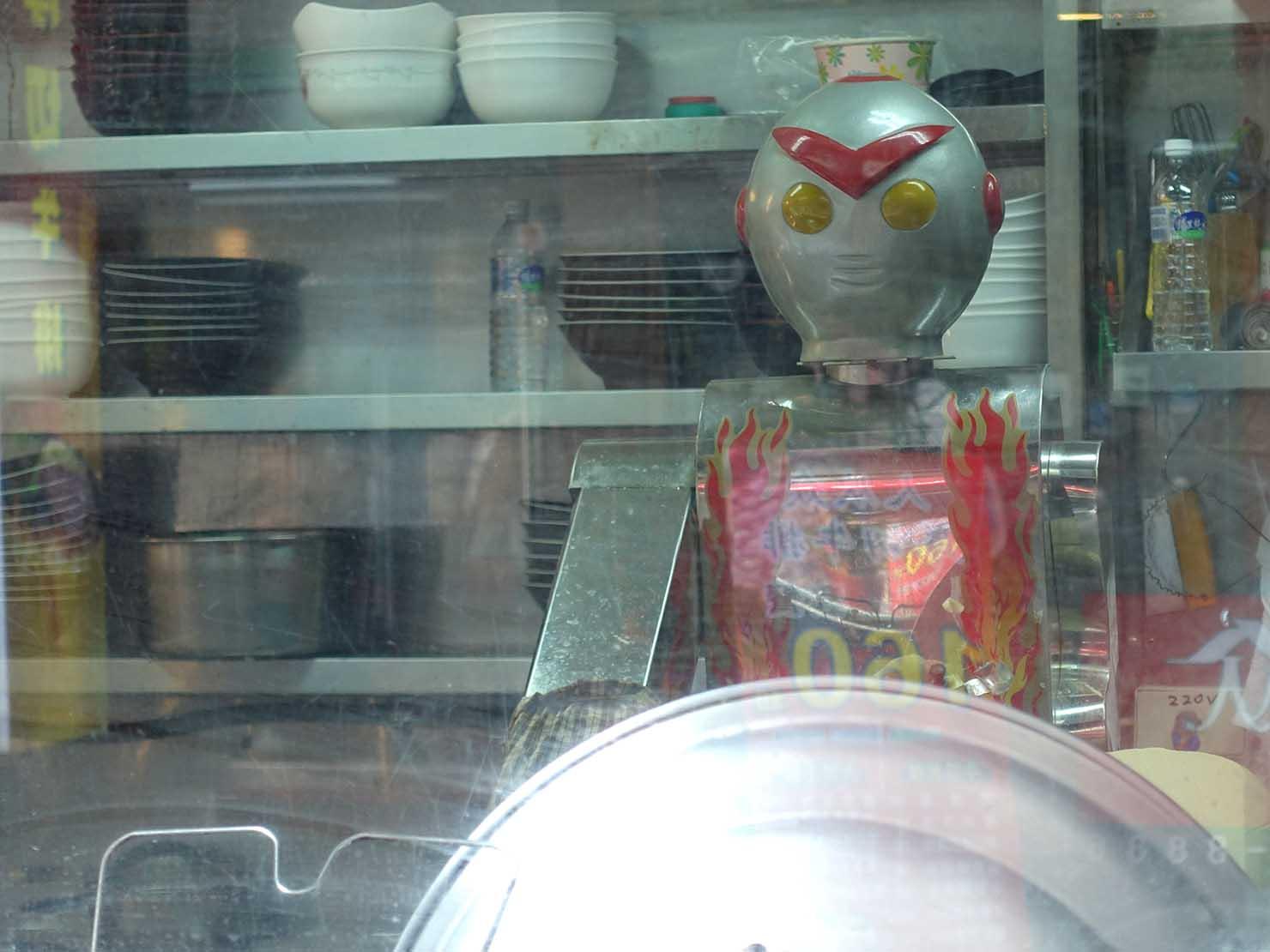 台北・永康街のおすすめグルメ店「永康刀削麵」の刀削麵ロボット