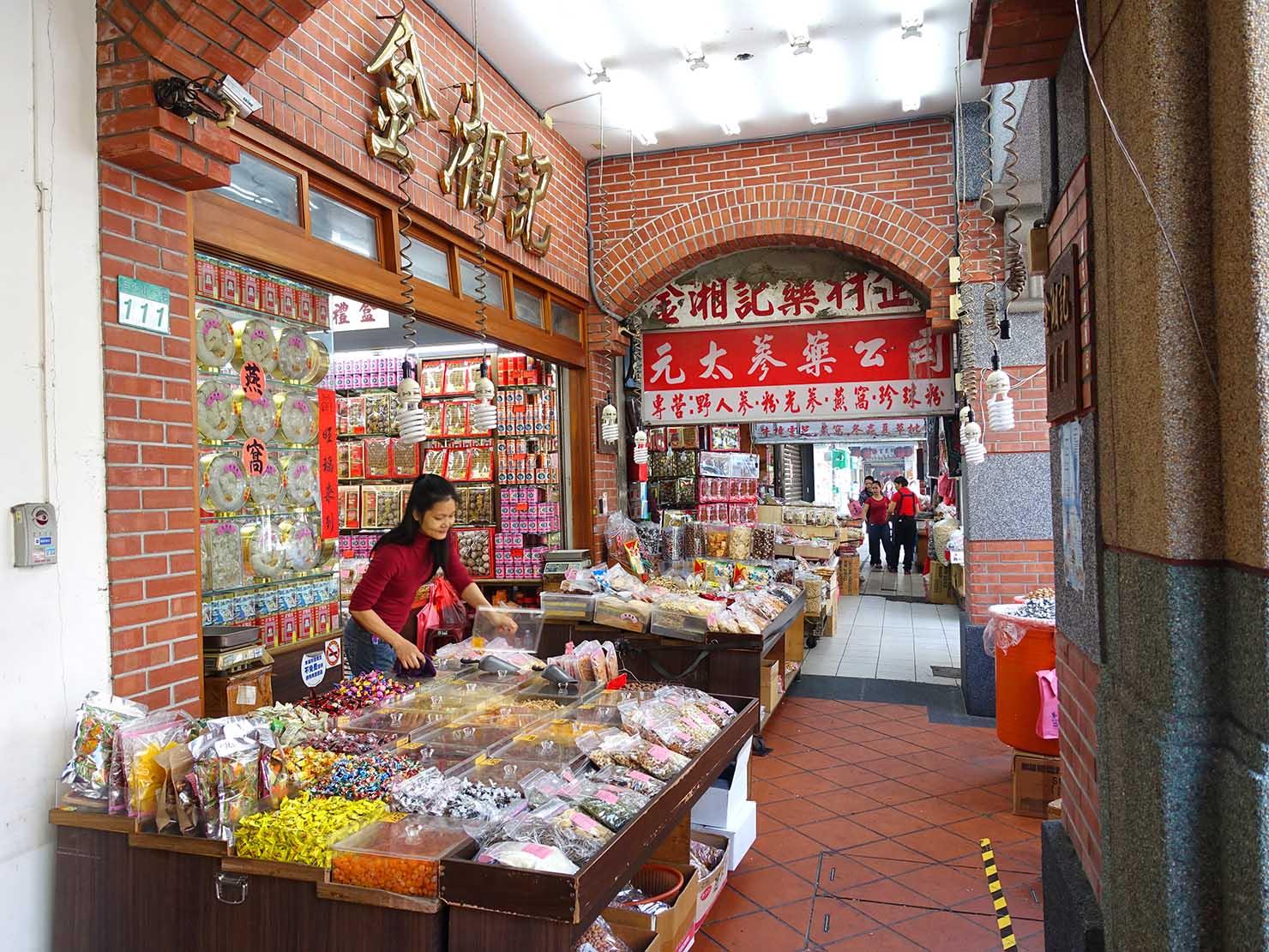 春節(旧正月)を迎えたの台北の観光スポット「迪化街」の乾物屋さん