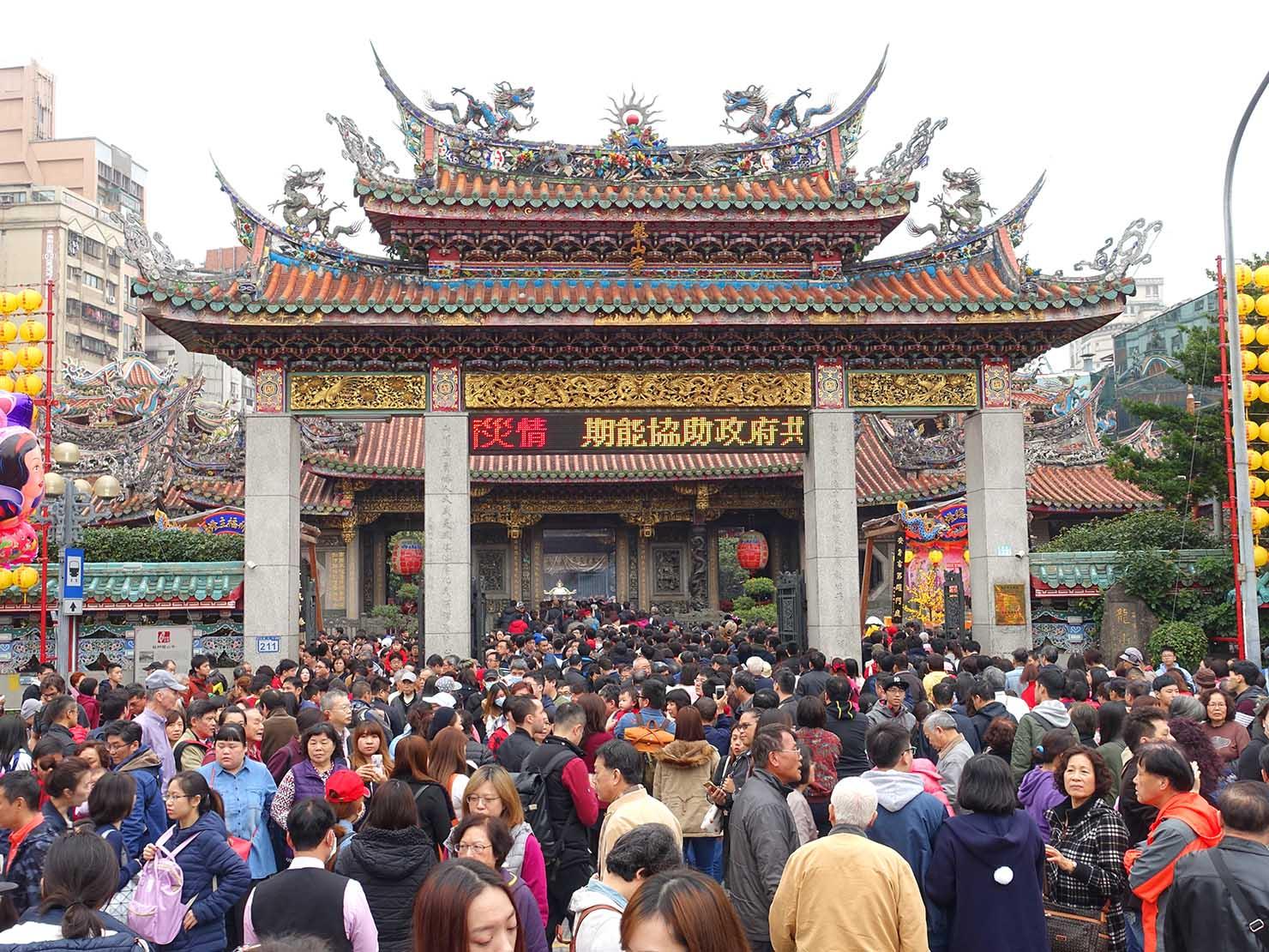 春節(旧正月)を迎えたの台北の観光スポット「龍山寺」