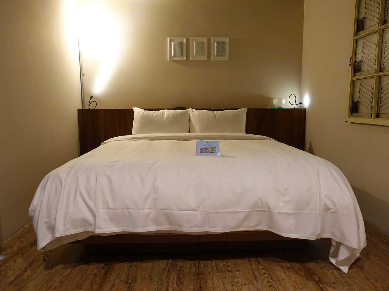 台南駅徒歩10分のかわいいデザインホテル「南方家屋 Old School」休閒雙人房(レジャーダブル)のダブルベッド
