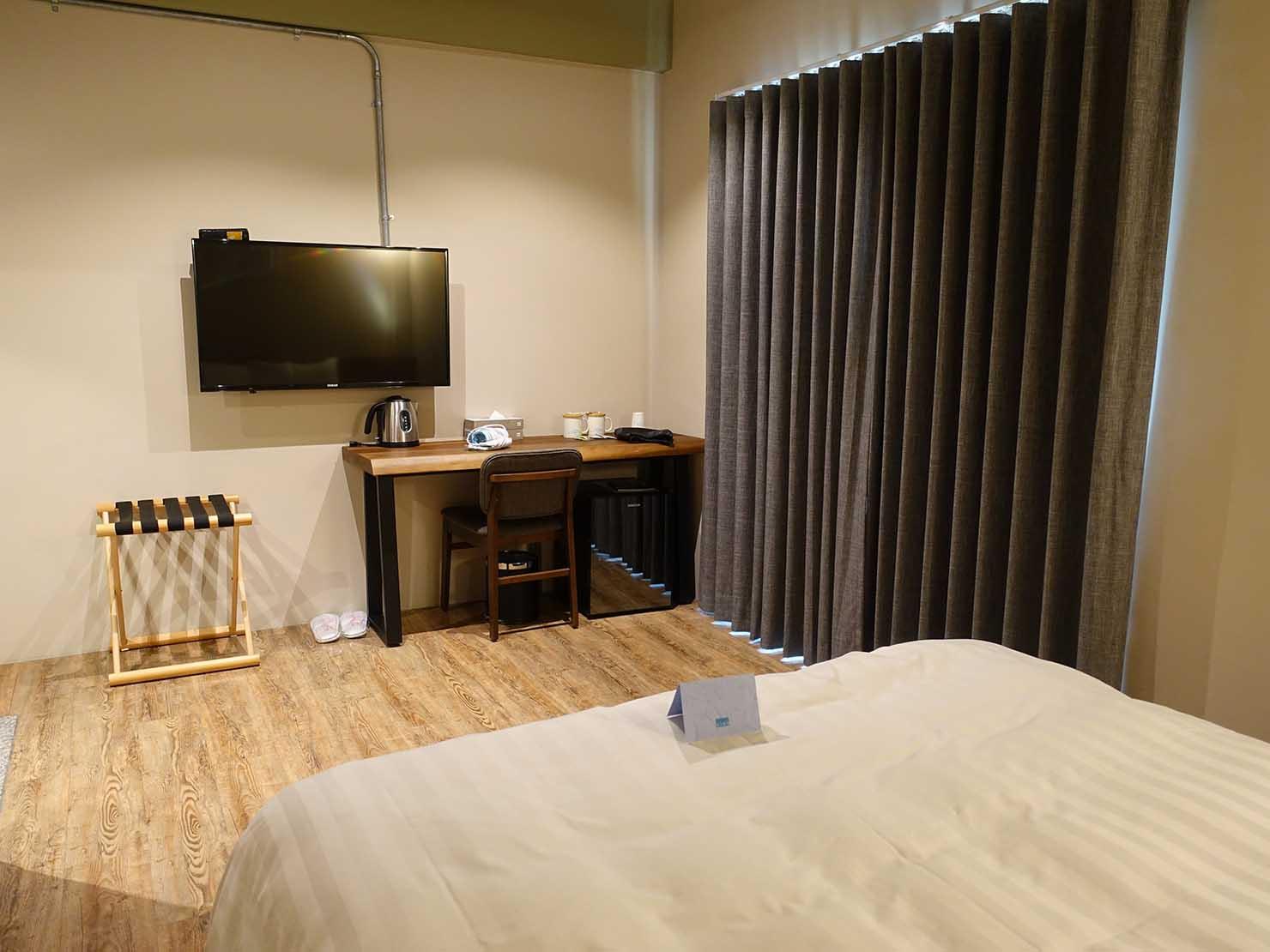台南駅徒歩10分のかわいいデザインホテル「南方家屋 Old School」休閒雙人房(レジャーダブル)ベッド側から見た部屋の様子