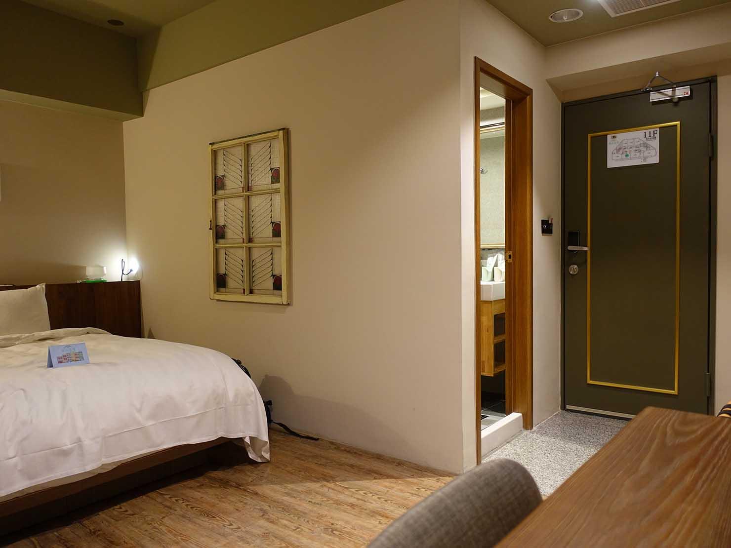 台南駅徒歩10分のかわいいデザインホテル「南方家屋 Old School」休閒雙人房(レジャーダブル)テーブル側から見た部屋の様子