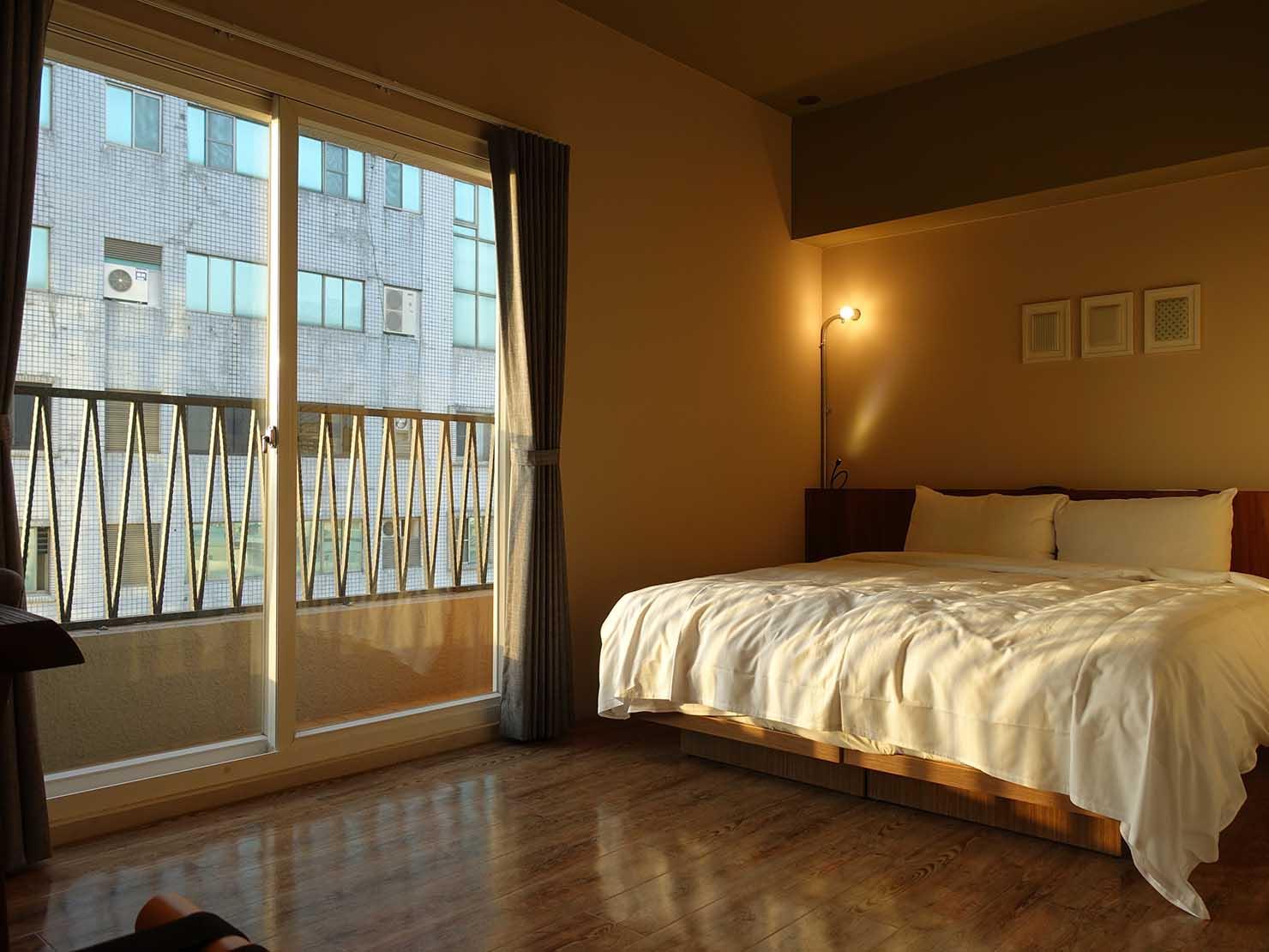 台南駅徒歩10分のかわいいデザインホテル「南方家屋 Old School」休閒雙人房(レジャーダブル)カーテンを開けた様子