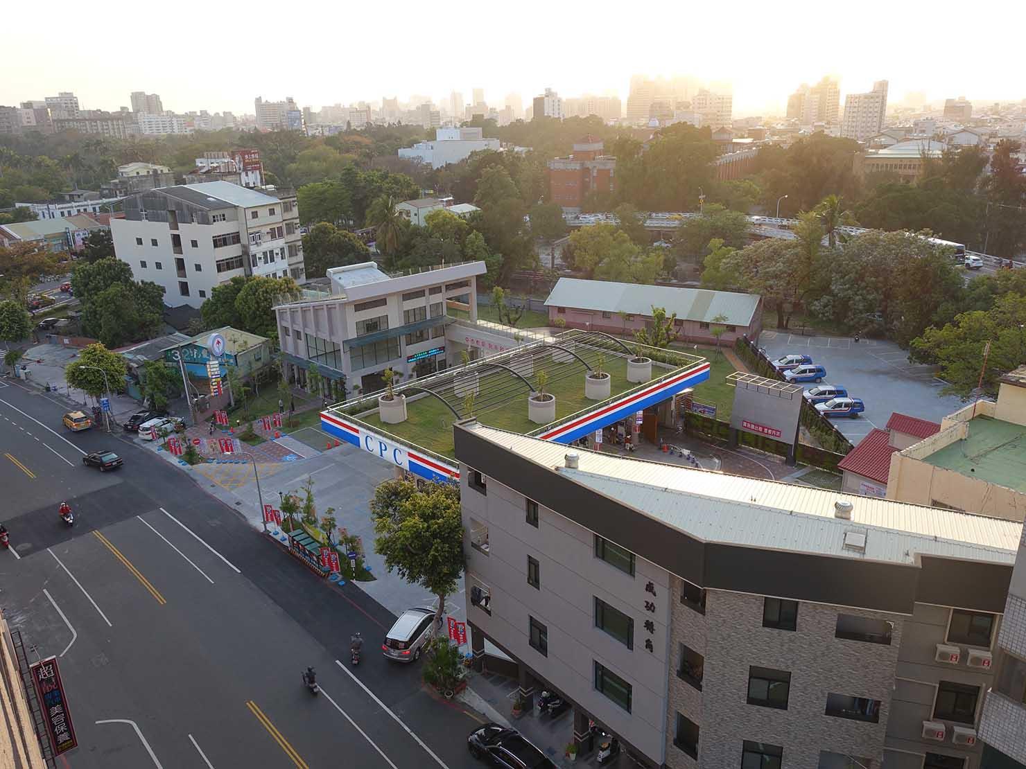 台南駅徒歩10分のかわいいデザインホテル「南方家屋 Old School」休閒雙人房(レジャーダブル)のベランダから眺める台南市街