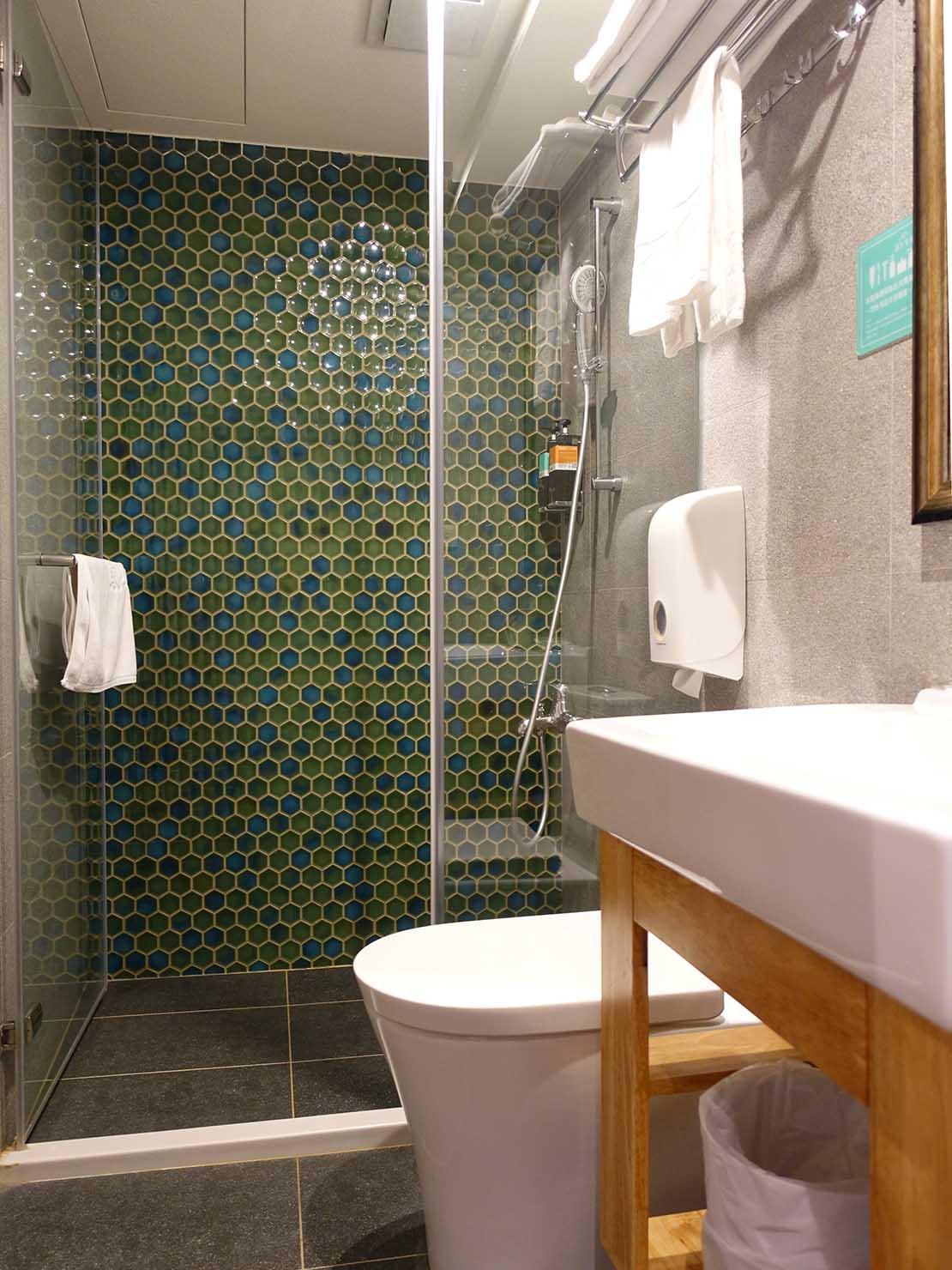 台南駅徒歩10分のかわいいデザインホテル「南方家屋 Old School」休閒雙人房(レジャーダブル)のバスルーム