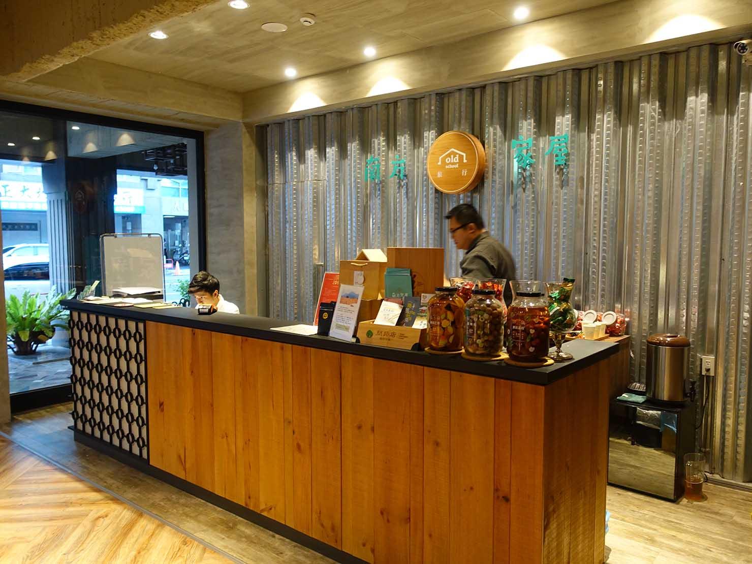 台南駅徒歩10分のかわいいデザインホテル「南方家屋 Old School」のフロント