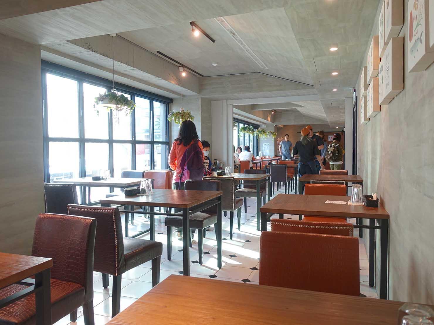 台南駅徒歩10分のかわいいデザインホテル「南方家屋 Old School」併設レストラン「日光徐徐」の店内